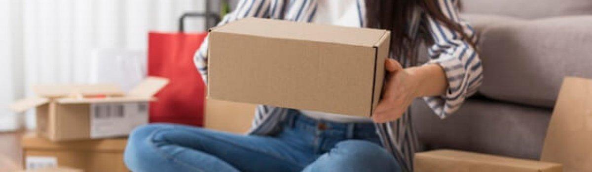 mujer-sosteniendo-paquete-cyber-monday_23-2148675009